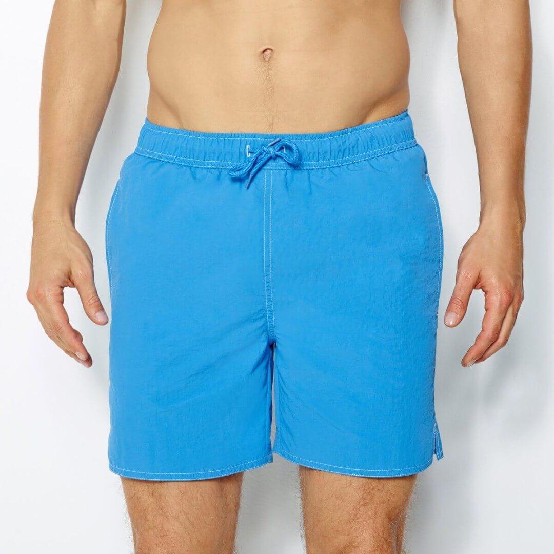 Mężczyzna w niebieskich bermudach
