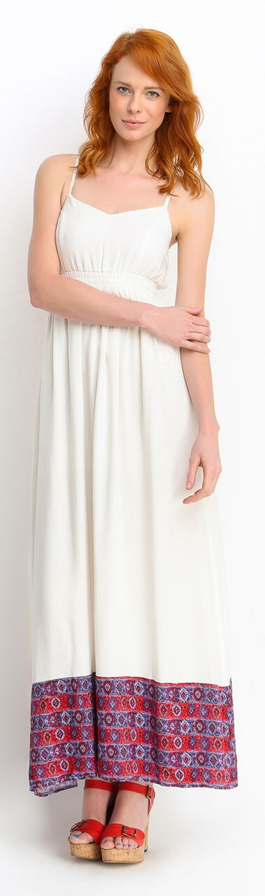 Rudowłosa kobieta w sukience maxi