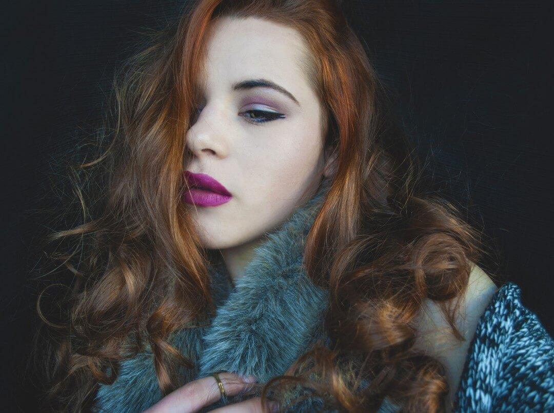 Kobieta w niebieskim płaszczu