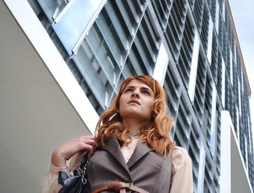 Kobieta w drodze do pracy