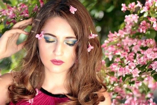 Kobieta wśród kwiatów