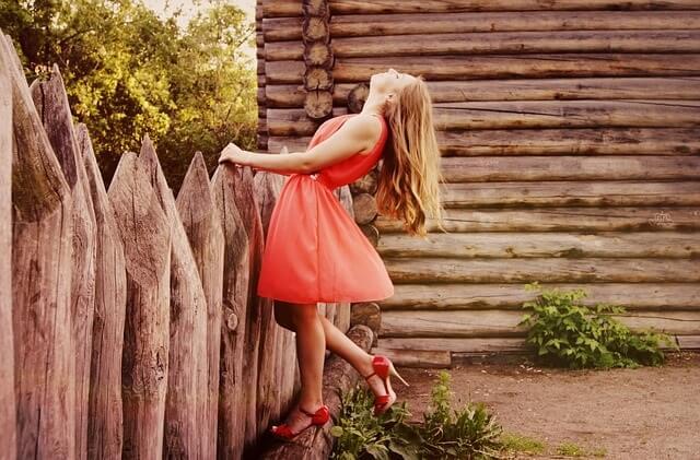 Kobieta w czerwonej sukience