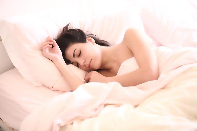 Kobieta śpiąca w łózku