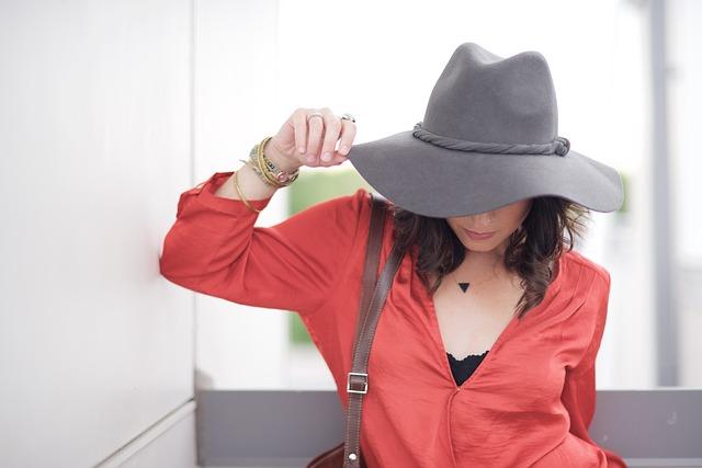 Dziewczyna w kapeluszu i czerwonej bluzce