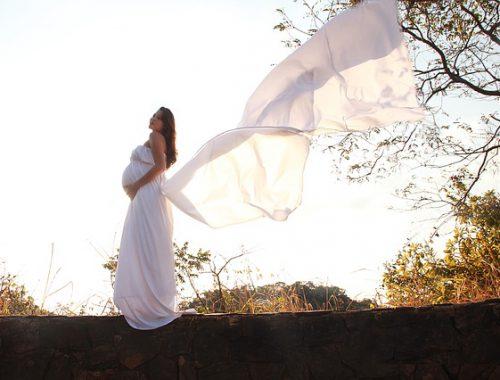 kobieta w sukience ciążowej