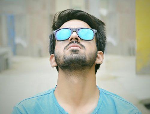 Mężczyzna w okularach