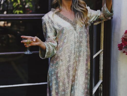 Kobieta w luźnej sukience