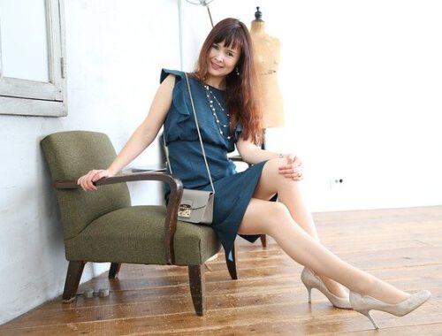 kobieta w krótkiej sukience