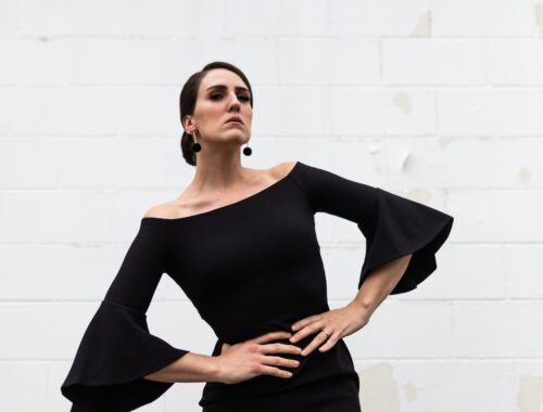 kobieta w czarnej sukience